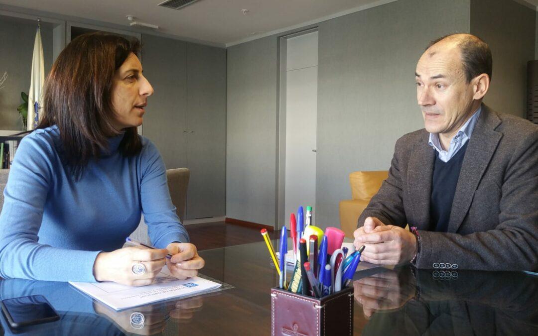 Ángeles Vázquez e o alcalde de Vilar de Santos analizan as axudas do Goberno galego en materia de vivenda